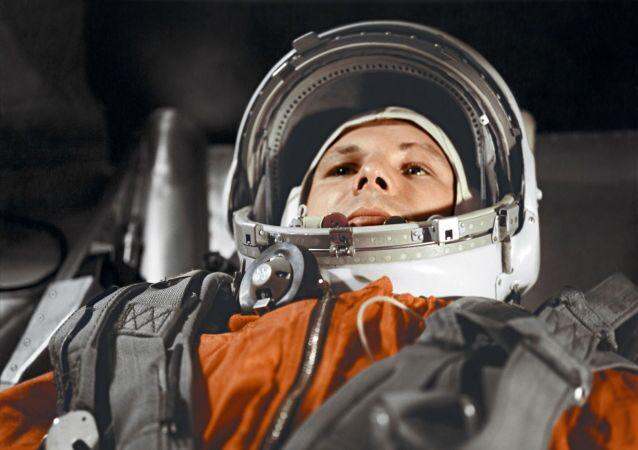 رائد فضاء الروسي يوري غاغارين داخل قمرة المركبة الفضائية فوستوك، 12 أبريل/ نيسان 1961