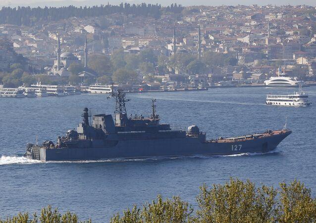 السفينة الحربية الروسية مينسك أثناء عبورها مضيق البوسفور في طريقها للبحر المتوسط