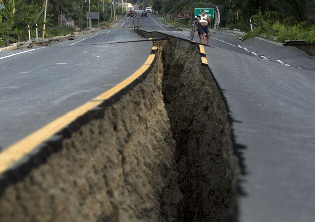 إنشقاق في إحدى شوارع إكوادور إثر الزلزال الذي ضرب البلاد، 19 أبريل/ نيسان 2016.