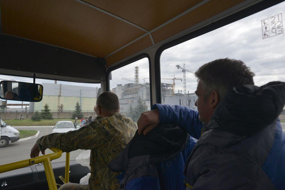 موظفون يمرون بالقرب من موقع الحدث الكارثي، القسم الرابع من مبنى المحطة النووية تشيرنوبيل