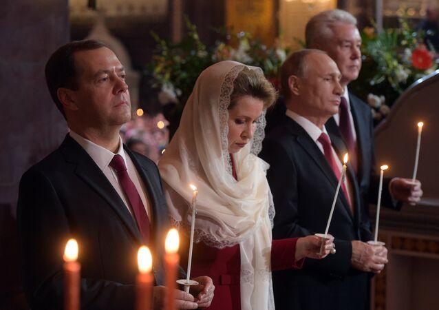 بوتين وميدفيديف يحضران قداس عيد الفصح في موسكو
