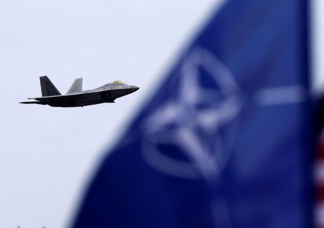 مقاتلة أمريكية وعلما الناتو والولايات المتحدة