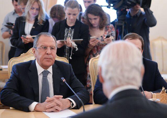 لقاء وزير الخارجية الروسي سيرغي لافروف والمبعوث الأممي الخاص إلى سورية ستيفان دي ميستورا