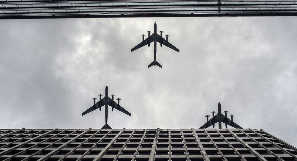 القاذفة الاستراتيجية لحاملة الصورايخ تو-95، خلال العرض العسكري الجوي التجريبي بمناسبة إحياء الذكرى الـ 71 لعيد النصر في الحرب الوطنية العظمى (1941-1945)