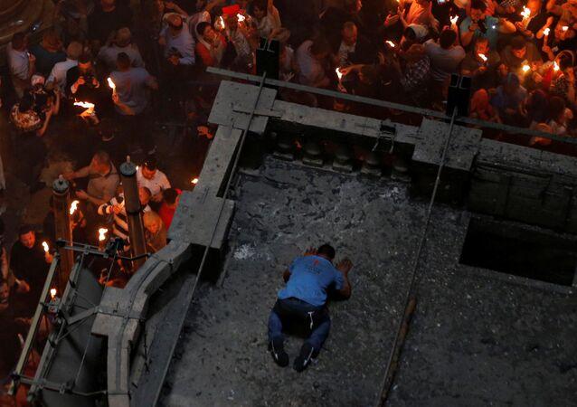 مسحيو الأرثدوكس ينتظرون ظهور النار المقدسة في كنيسة القيامة بالقدس، فلسطين 30 مايوم/ آيار 2016.