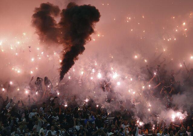 جماهير كرة القدم في سان-باولو في البرازيل، 4 مايو/ آيار 2016