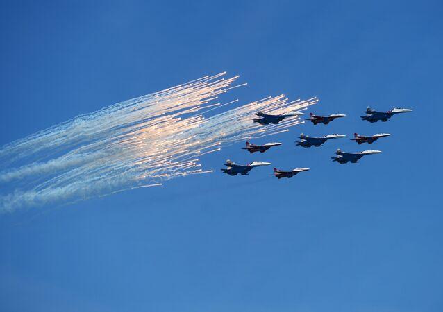 طائرات سو- 27 وأربع ميغ - 29