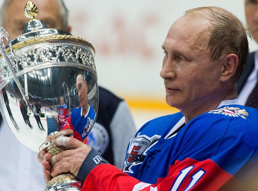 الرئيس فلاديمير بوتين يجمل كأس الهوكي بعد مبارة الهوكي الليلي في القصر بولشوي في سوتشي