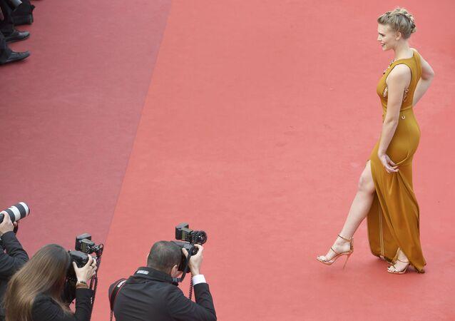 عارضة أزياء فرنسية غايا أويس على  السجادة الحمراء خلال الفعالية الـ 69 لافتتاح مهرجان كان الفرنسي