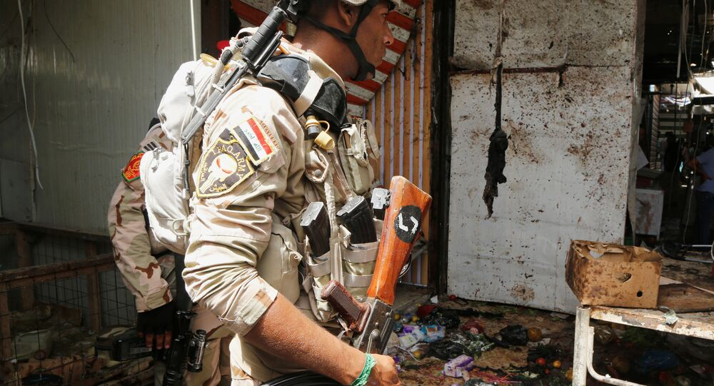 أحد أفراد الأمن العراقي أثناء تفقد انفجار بغداد