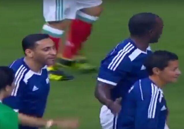 الجابر في لقطة من المباراة تظهر فيها لاعبة شاركت في المباراة