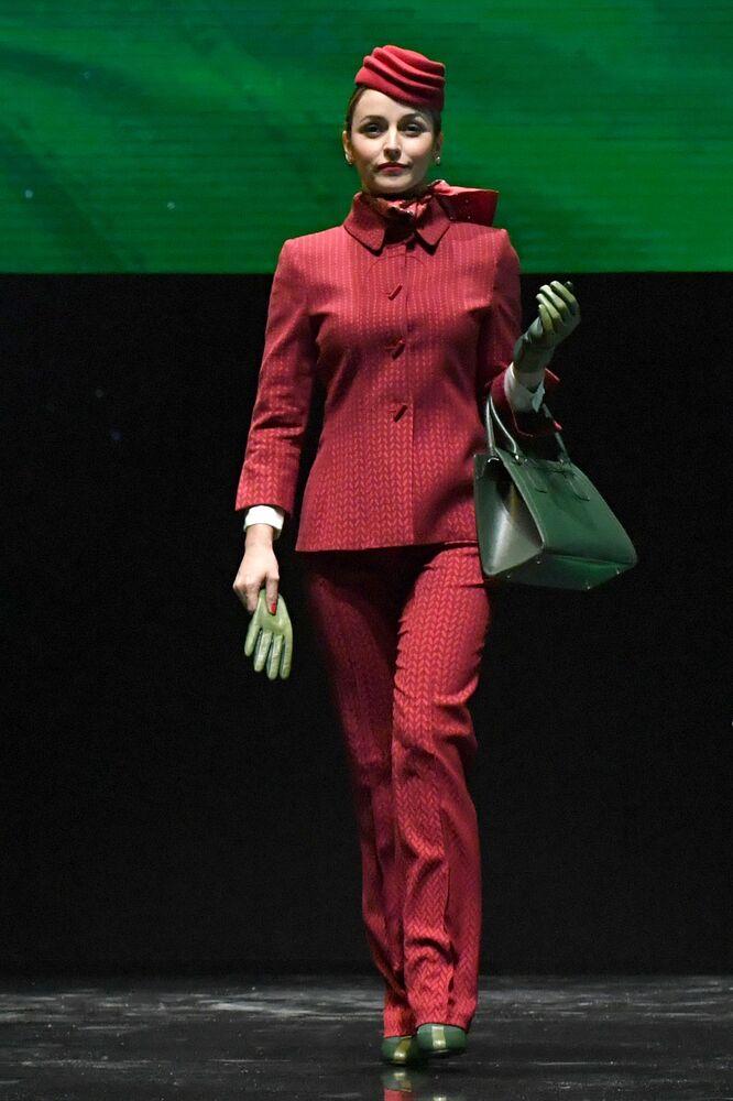عارضة أزياء تقدم الزي الجديد لشركة الطيران الإيطالي Alitalia خلال مؤتمر صحفي 18 مايو/ آيار 2016 في روما.