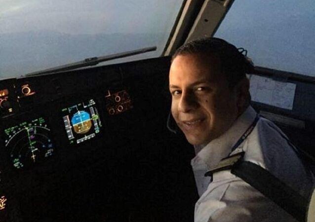 ظهور أول صورة لمضيفة وطيار طائرة مصر للطيران
