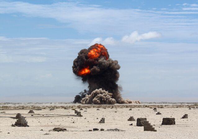 صورة أرشيفية لإنفجار في الصحراء غربي عدن اليمنية