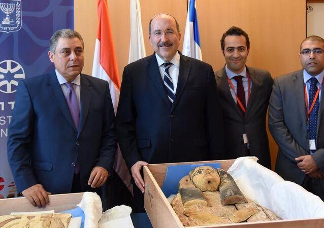 جانب من مراسم تسلم السفير المصري في إسرائيل القطعتين بمقر وزارة الخارجية الإسرائيلية بالقدس