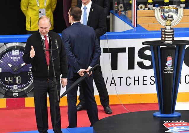 بوتين يسلم المنتخب الكندي كأس العالم لهوكي الجليد