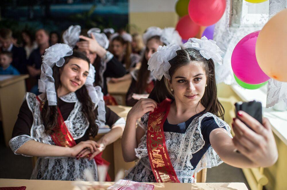 التلاميذ الخريجون من المدرسة رقم 1 باسم أ.لوبوفا في مدينة تارا في محافظة أومسك.