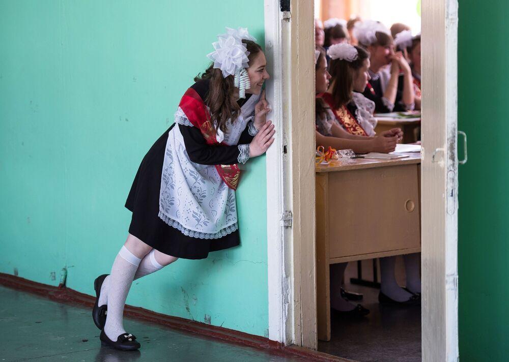 التلاميذ الخريجون من المدرسة رقم 1 باسم أ. لوبوفا في مدينة تارا بمحافظة أومسك.