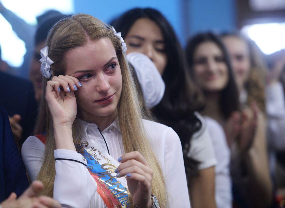 التلاميذ الخريجون من المدرسة رقم 2095 في مدينة موسكو.