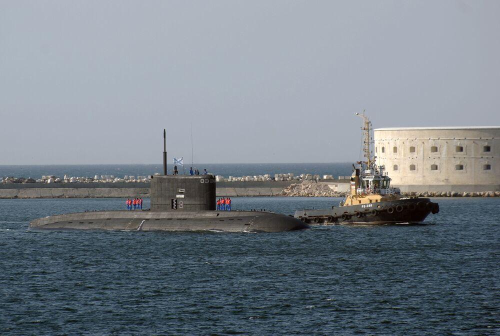 الغواصة الخفية التابعة لأسطول البحر الأسود نوفوروسيسك في ميناء سيفاستوبل بشبه جزيرة القرم بروسيا.