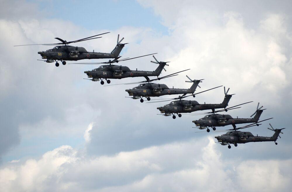 عرض فريق الطيران بيركوت على متن مروحية مي-28إن صائد الليل فى المسابقة الروسية العالمية آفيادارتس-2015 فى مقاطعة ريازان