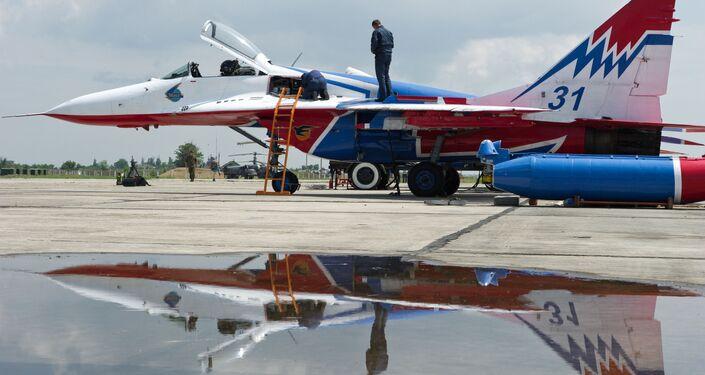 طائرات ميغ-29 التابعة للفريق الجوي سترياجي (سترياجي) خلال التحضيرات لمسابقة عموم روسيا أفيادارتس-2016 في القاعدة الجوية العسكرية تشاودا في القرم.