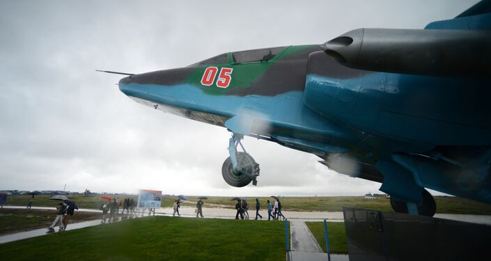 المسابقة الدولية أفيادارتس-2016 لأفضل طياري روسيا، في القاعدة الجوية-الفضائية الروسية  تشاودا  بمقاطعة فيودويسيا، بشبه جزيرة القرم. وأمامكم طائرة سو-25.
