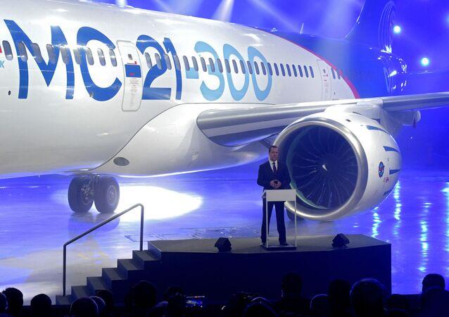 رئيس الوزراء دميتري مدفيديف خلال مراسم تقديم الطائرة الجدبدة  МС-21-300 في إركوتسك.