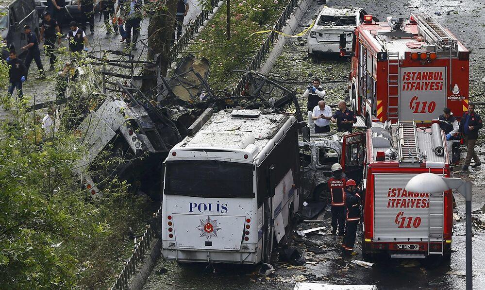 رجال الإطفاء والشرطة التركية في موقع الإنفجار بمدينة إسطنبول، تركيا 7 يونيو/ حزيران 2016.