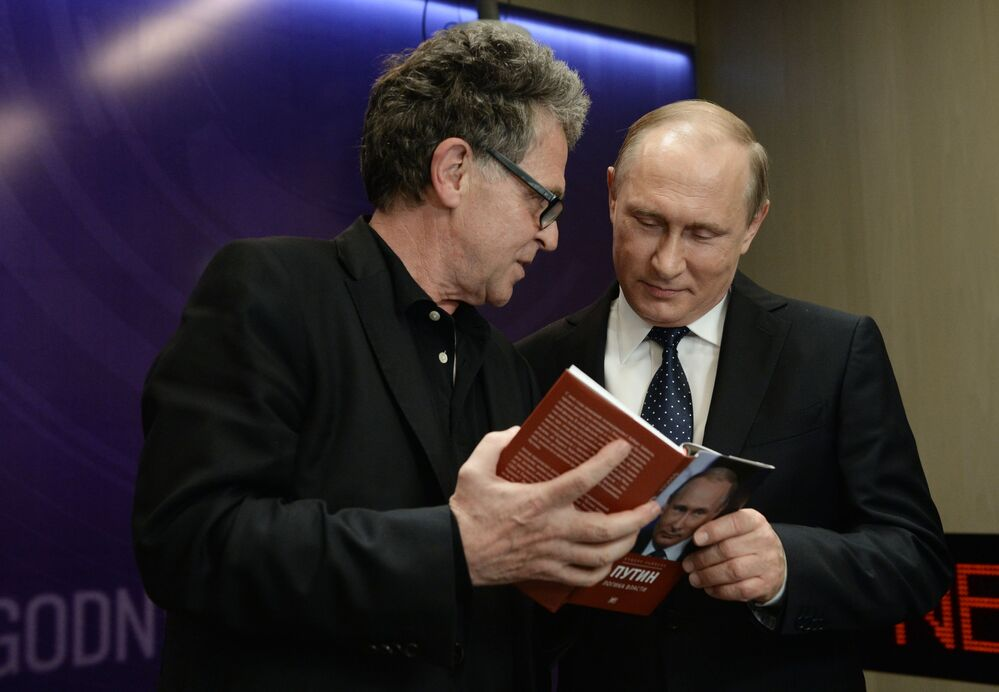 الصحفي الألماني لشبكة التلفزيون والراديو ARD/NDR هوبرت زايبل يقدم كتابه بوتين: منطق السلطة للرئيس الروسي فلادمير بوتين، وذلك خلال مندى إعلامي دولي في موسكو عصر جديد للصحافة: وداعا للتيار السائد، 6 يونيو/ حزيران 2016.