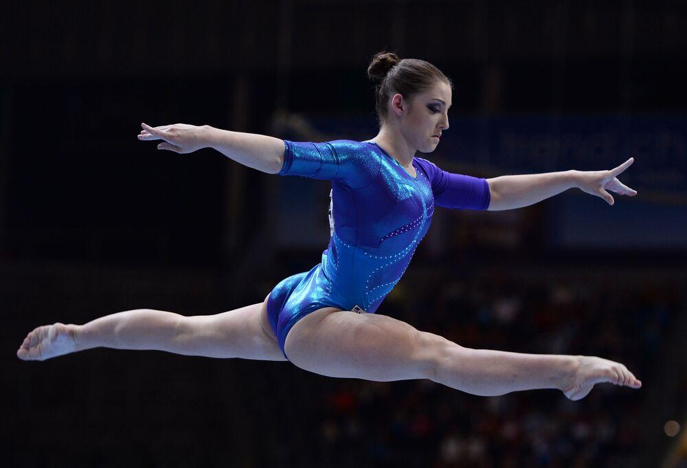 الرياضية الروسية عليا موصطفايفا خلال أدائها تمريناً لألعاب الجمباز في بطولة أوروبا في بيرن.