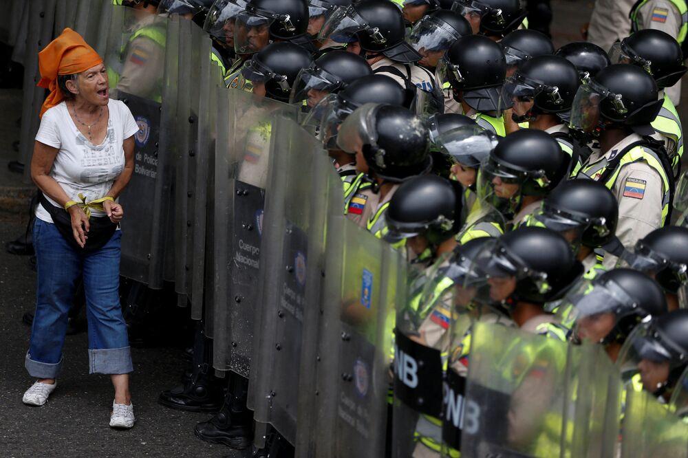 محتجة من المعارضة خلال مظاهرة ضد الإطاحة بالرئيس نيكولاس مادورو في كاراكاس، فينزويلا 7 يونيو/ حزيران 2016.
