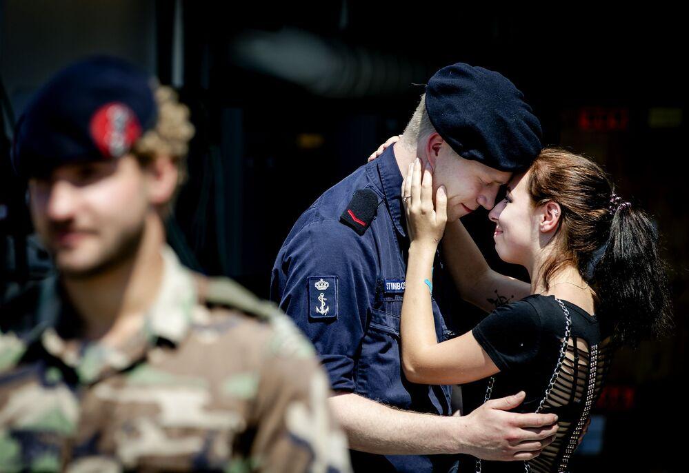 وداع عسكري لقوات البحرية الهولندية الملكية لفتاته قبل توجهه في مهمة إلى البحر الكاريبي، ميناء دين هيلدير 5 يونيو/ حزيران 2016.