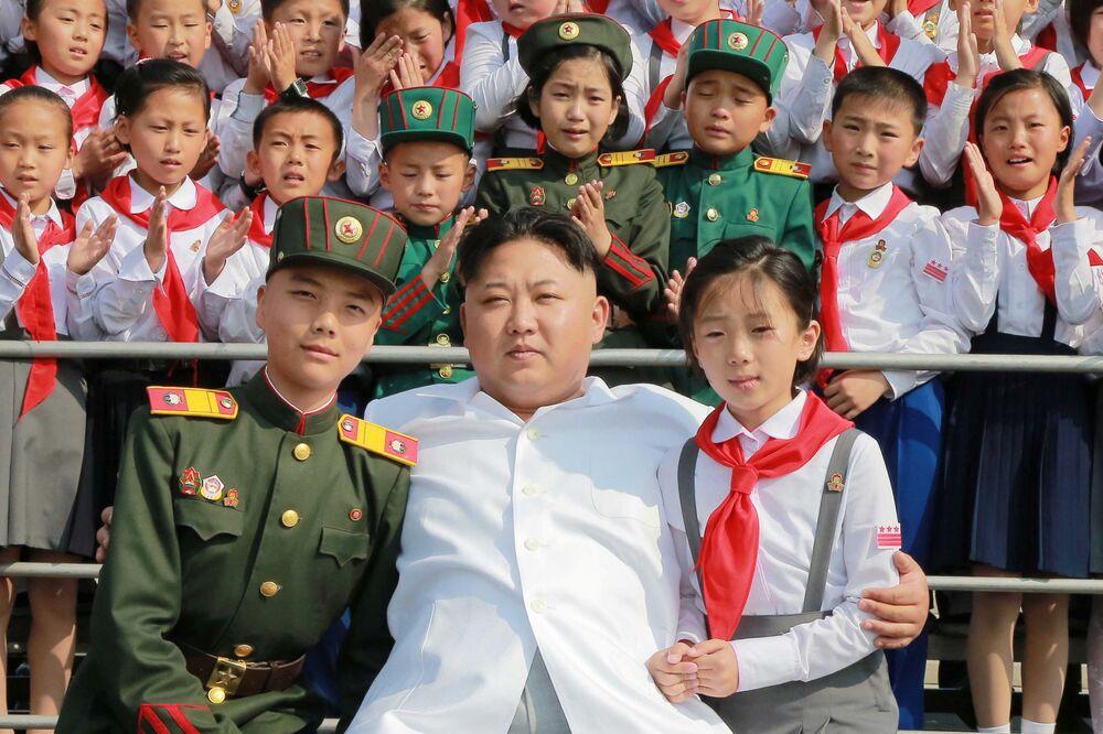 زعيم كوريا الشمالية كم جونغ أون أثناء حضوره لحفل تلاميذ مدرسة اسمه نحن الأسعد في العالم (We Are the Happiest in the World) للإحتفال بالذكرى الـ 70 لتأسيس إتحاد الأطفال الكوريين، بيونغيانغ 8 يونيو/ حزيران 2016.