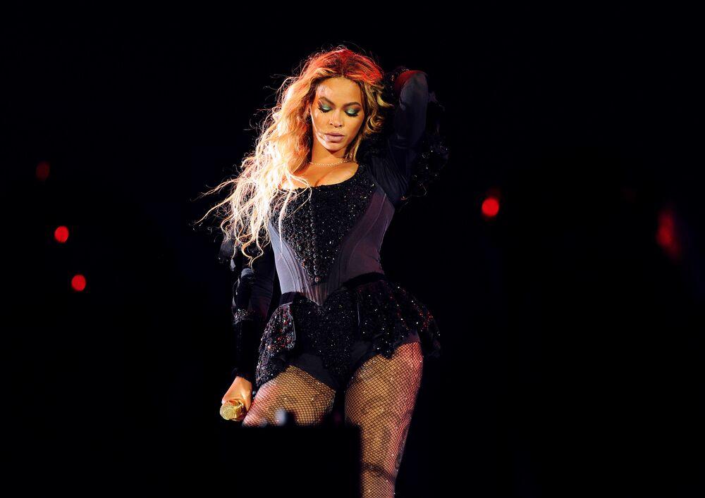 المغنية بيونسي (Beyonce ) خلال أدائها الغنائي في حفل بمدينة نيويورك كجزء من جولتها العالمية (Formation World Tour at Citi Field)، نيويورك 7 يونيو/ حزيران 2016.