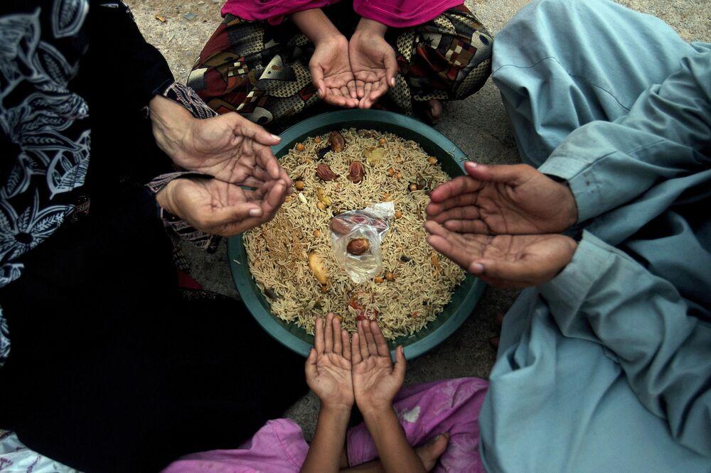 أسرة تنتظر آذان المغرب قبيل الإفطار في مدينة كاراتشي، باكستان 8 يونيو/ حزيران 2016.