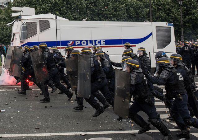 أفراد الشرطة الفرنسية أثناء الاحتجاجات في باريس