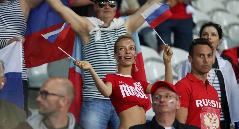 الجمهور الروسي قبيل بدء مباراة روسيا وسلوفاكيا في بطولة كأس أوروبا لكرة القدم 2016.