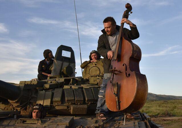 عرض عسكري تاريخي التذكير التاريخي بالقرم لعام 2016: من أين يبدأ الوطن؟ - موسيقي يلعب على آلة الكمان الأجهر.