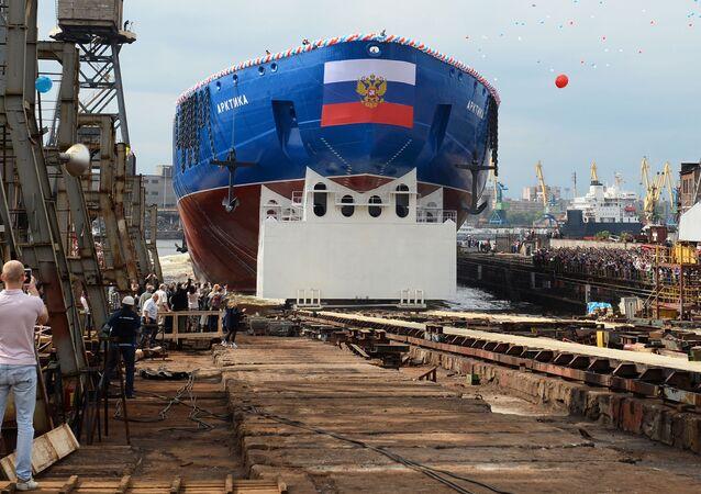 احتفل مصنع البلطيق للسفن في مدينة سان بطرسبورغ الروسية بإنزال سفينة جديدة إلى الماء، 16 يونيو/ حزيران 2016.