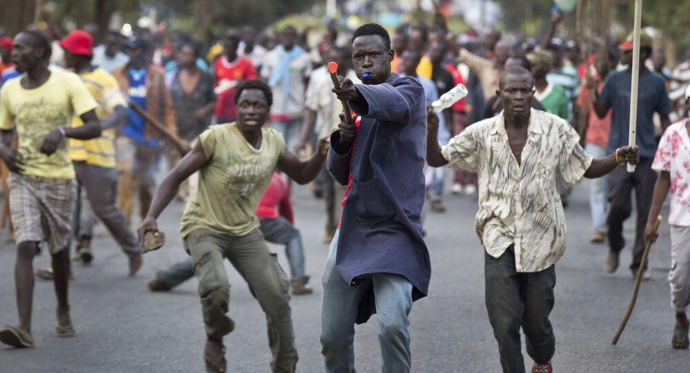 أنصار المعارضة الكينية خلال الاحتجاجات ضد نائب موالي للحكومة الكينية، والذين حسب قولهم أنها تصريحات مسيئة لزعيمهم، نيروبي 14 يونيو/ حزيران 2016.