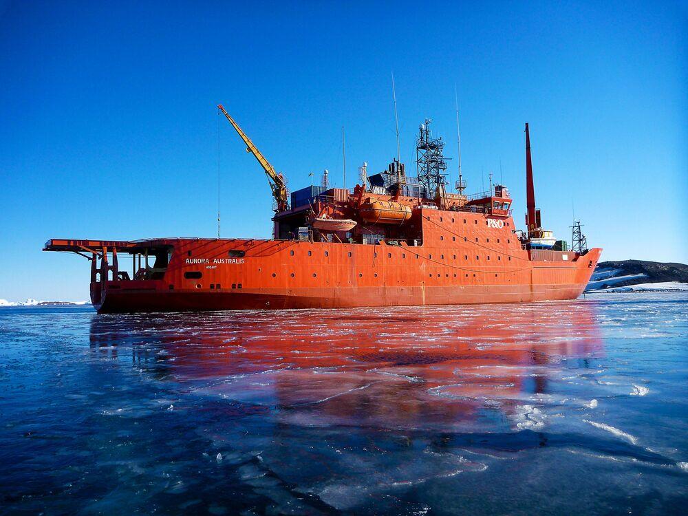 كاسحة الجليد أورورا أوستراليس (Aurora Australis) بميناء هورشور.