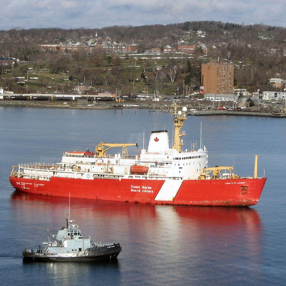 كاسحة الجليد الكندية لويس إس. ست-لورينت (CCGS Louis S. St-Laurent) بالقرب من ميناء هاليفاكس.