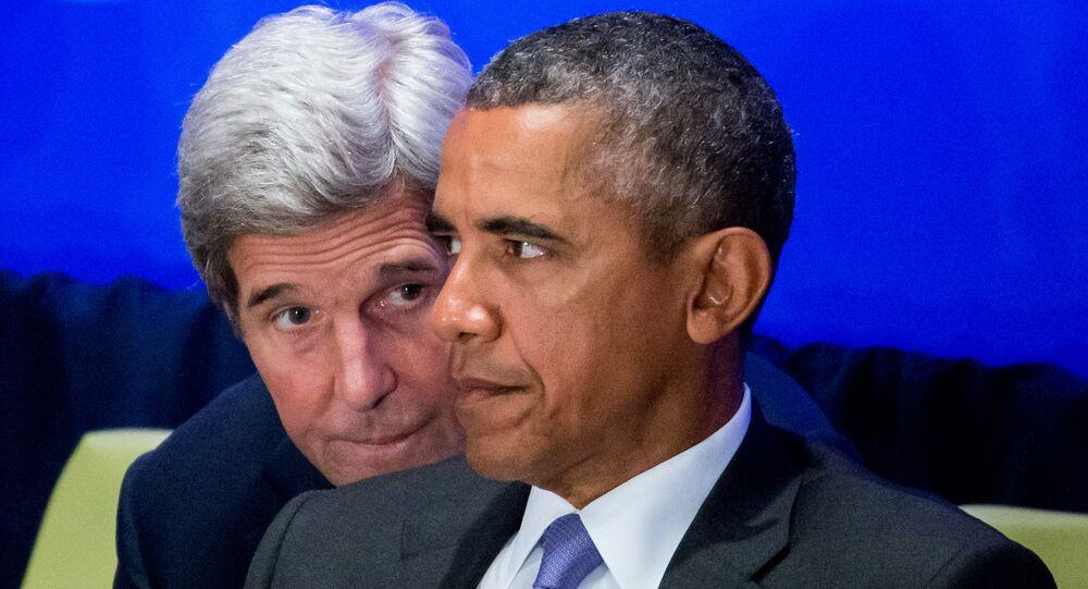 وزير الخارجية الأمريكي جون كيري خلف الرئيس الأمريكي باراك أوباما