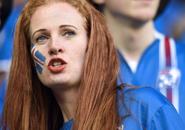 مشجعة من آيسلندا في بطولة يورو-2016 لكرة القدم في فرنسا