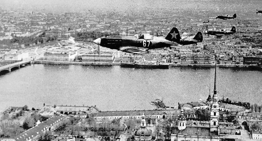 سلسلة من القاذفات السوفيتية تحلق فوق حصن بيتروبالوفسكايا في لينينغراد (سانت بطرسبرغ)