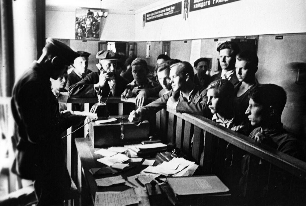 مسؤول دائرة التجنيد أوكتابرسكي يستقبل أوراق المتطوعين الراغبين  في الذهاب إلى جبهة القتال عام 1941.