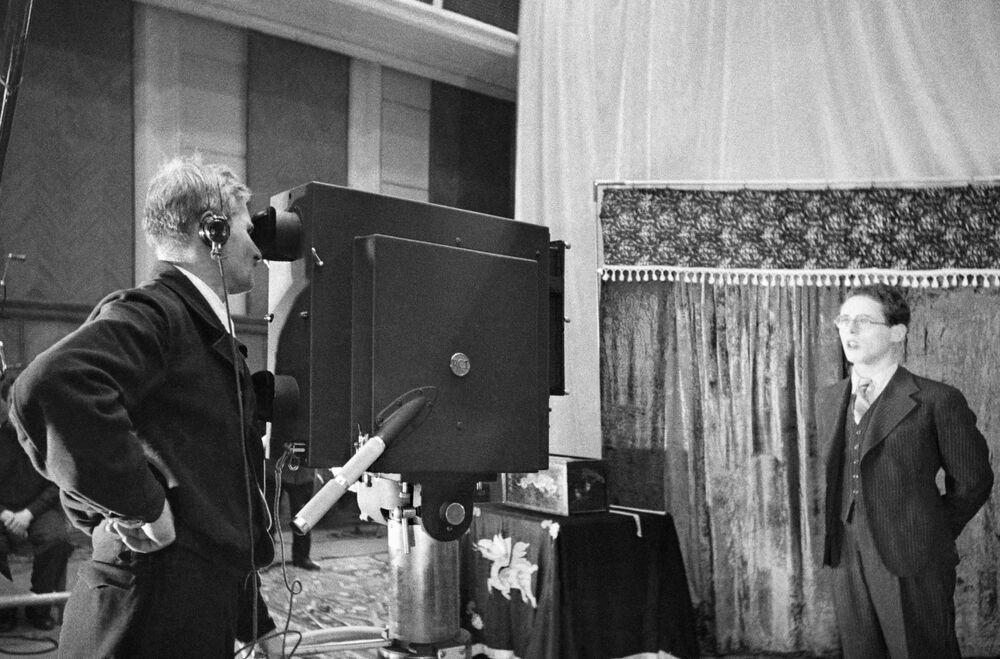 المذيع يوري ليفيتان أثناء التصوير في استوديو بموسكو عام 1941