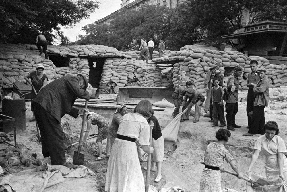 المدنيون يبنون المتاريس في شوارع أوديسا خللال الأيام الأولى من شهر يونيو/ حزيران لعام 1941.