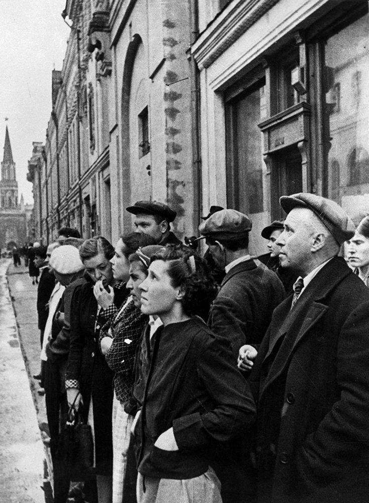 مواطنون روس يستمعون إلى إعلان الراديو عن أن قوات ألمانيا النازية شنت هجوماً مخادعاً ضد روسيا في تمام الساعة 4 فجراً من يوم 22 يونيو/ حزيران 1941.